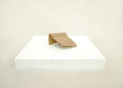S/T. Serie Arquitecturas alternativas, 2016. Cartón encolado sobre peana de madera. 5 x 10 x 7 cm.